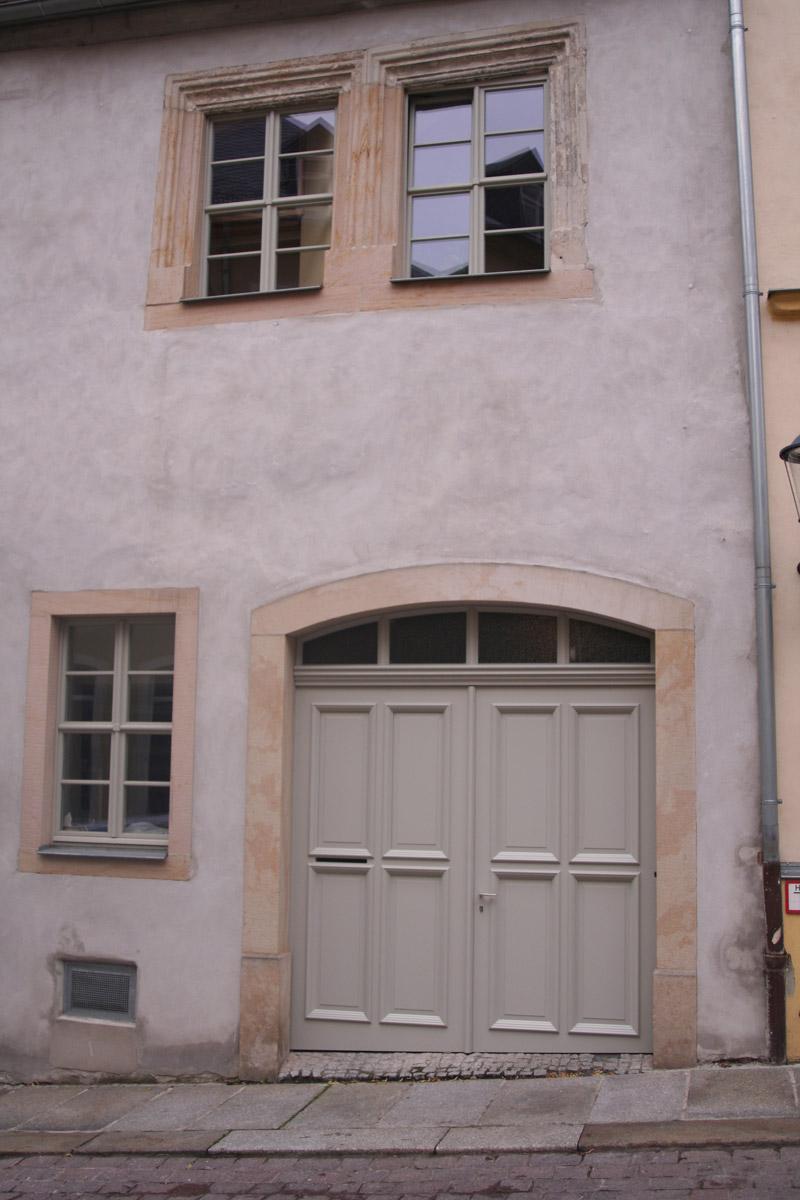Eingangstür und Fenster